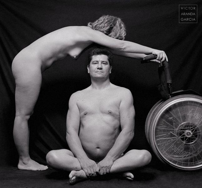 Fotografía de un hombre desnudo sentado con una mujer desnuda también apoyada en una silla de ruedas