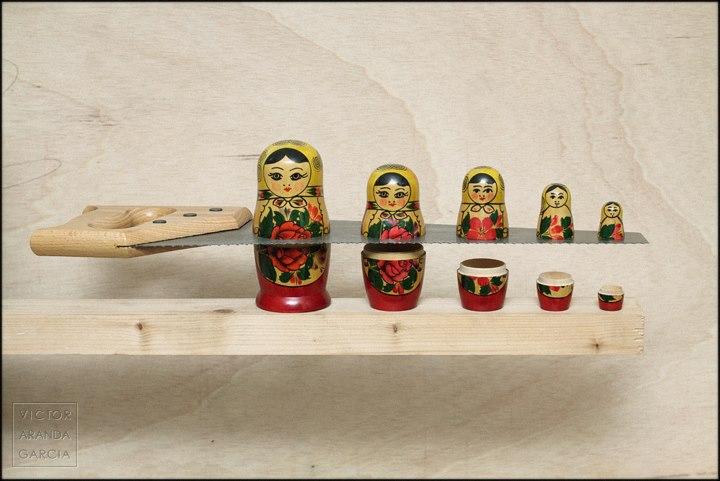 Fotografía artística de cinco matrioskas rusas aparentemente cortadas por un serrucho