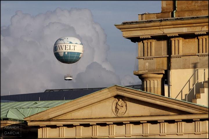 Fotografía de un globo aerostático sobre elementos arquitectónicos clásicos realizada en Alemania