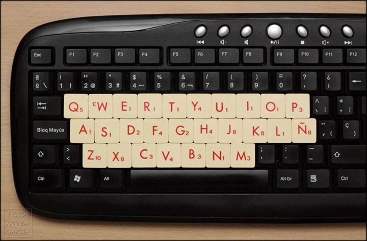 Fotografía de un teclado de ordenador cuyas letras han sido cubiertas por letras de un juego de palabras cruzadas