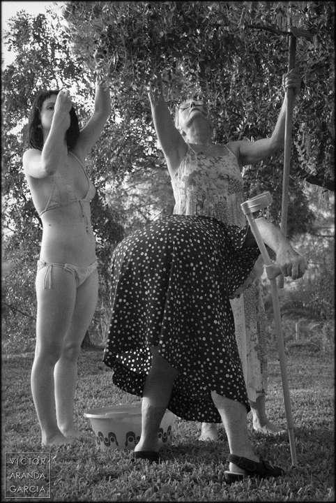 Fotografía en blanco y negro de tres generaciones de mujeres de la misma familia