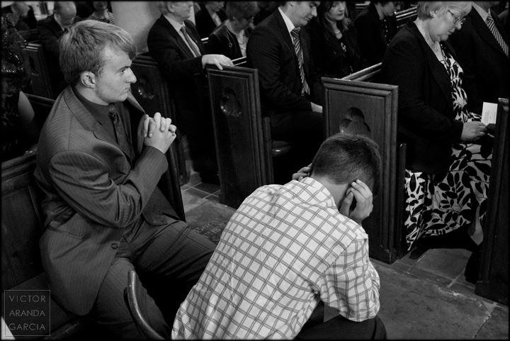Fotografía en blanco y negro de dos chicos en una iglesia