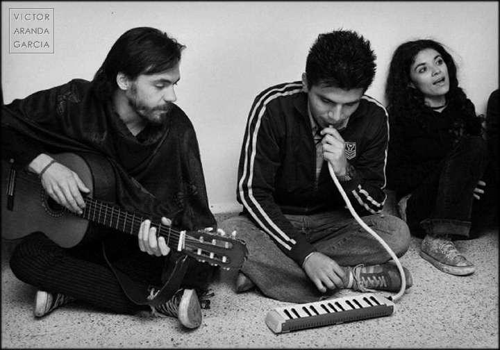 Fotografía en blanco y negro de tres personas tocando música