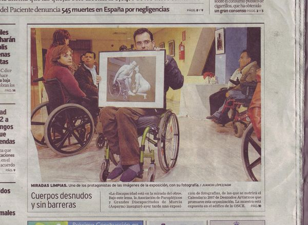 Detalle de la portada del diario La Verdad de Murcia con una fotografía y texto sobre la exposición