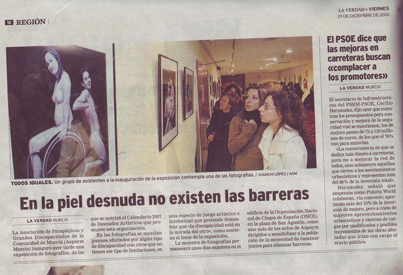 Detalle de una página del diario La Verdad de Murcia con una fotografía de una exposición de fotos y texto sobre ella
