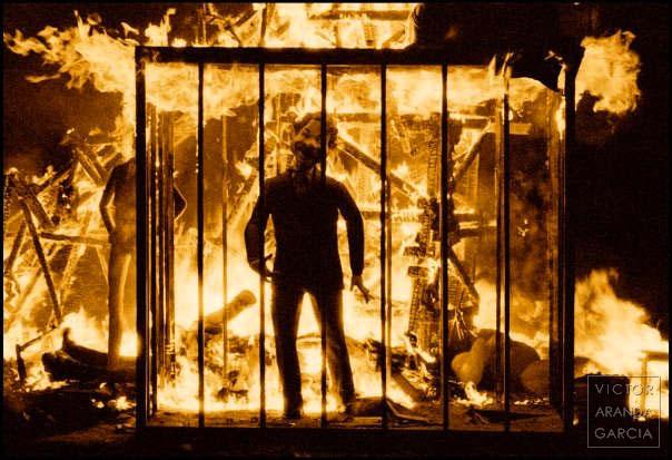 Fotografía de las fallas de Valencia con fuego