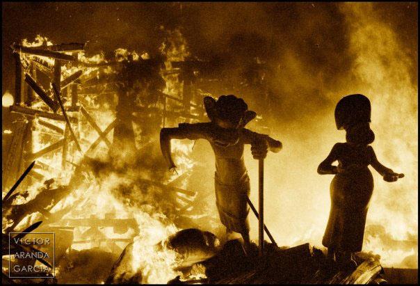 Fotografía artística de las fallas de Valencia con fuego