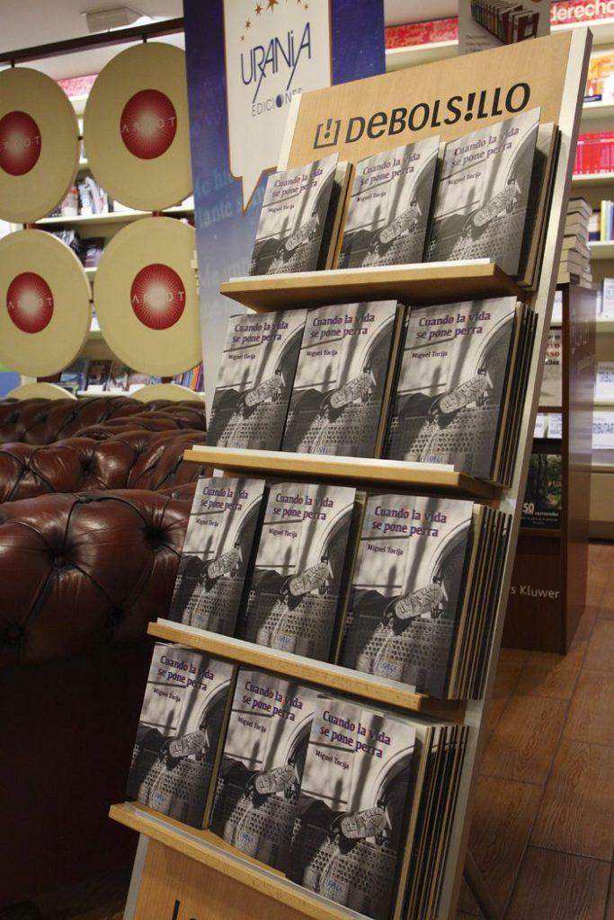 Fotografía de un expositor con los libros de Miguel Torija en la librería Argot de Castellón