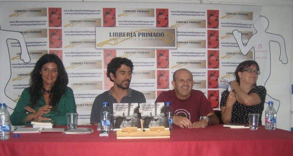Fotografía de la escritora Rosario Raro junto al fotógrafo Víctor Aranda, el escritor Miguel Torija y la editora Amelia Díaz