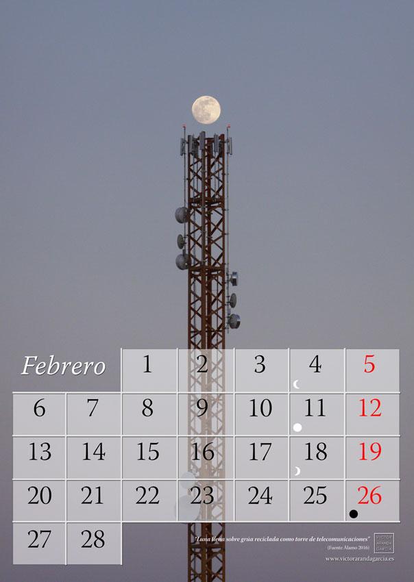 La imagen muestra una página del calendario con una fotografía de la luna de fondo