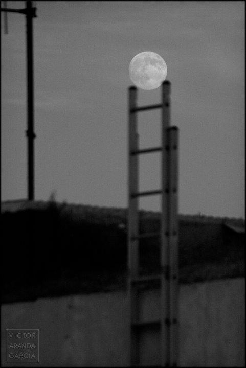 Fotografía de la luna justo encima del último peldaño de una escalera