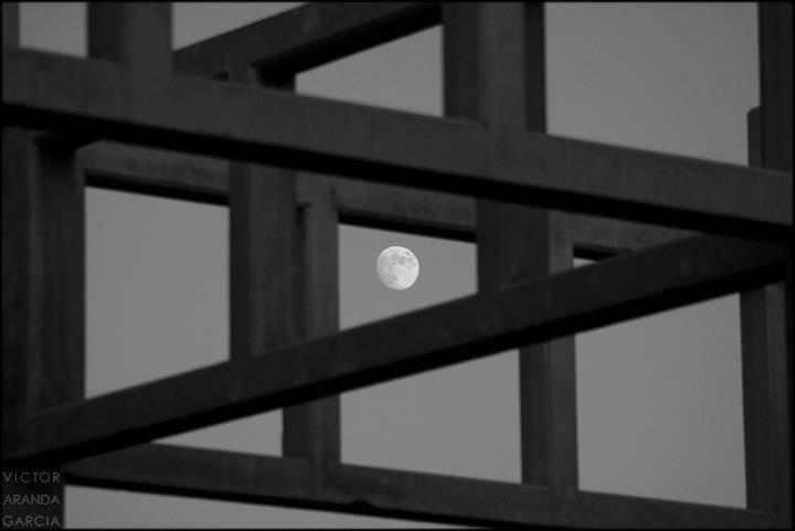 Fotografía de la luna vista a través de una estructura arquitectónica