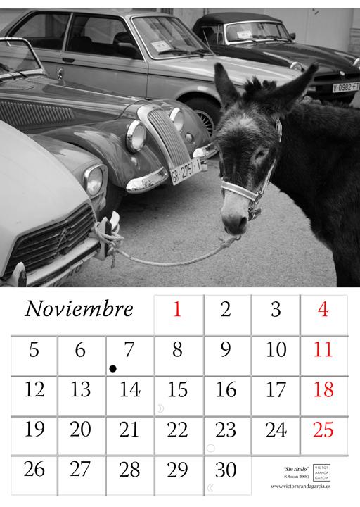 Página del calendario con una fotografía de un burro atado al parachoques de un coche