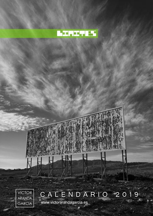 Portada del calendario con una fotografía de una valla publicitaria con un cartel rasgado que recuerda al dibujo de las nubes que hay sobre él
