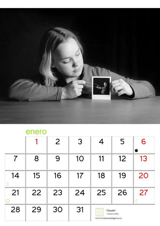 Página del calendario con una fotografía de una chica tirando de una goma elástica de cuyo otro extremo tira ella misma desde una foto polaroid realizada previamente