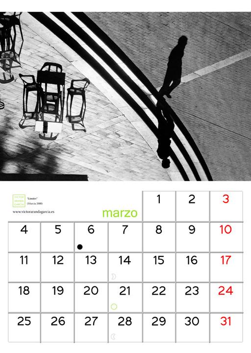 Página del calendario con una foto de un hombre a contraluz bajando el último escalón de una escalera en la plaza Romea de Murcia