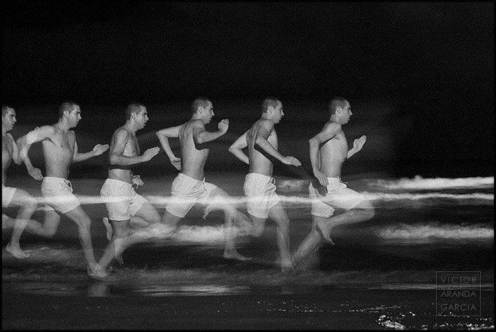 Fotografía de un chico corriendo en la playa con varias posturas sucesivas capturadas en el mismo encuadre