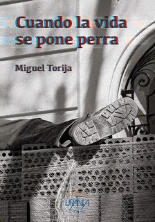 Portada de un libro con una fotografía en blanco y negro del pie de un trabajador acostado sobre un montón de ladrillos