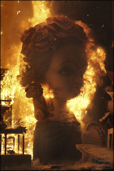 Fotografía de un ninot con el fuego de las fallas de Valencia en la noche de la cremá