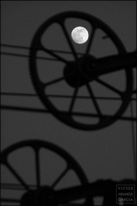 luna entre aparatos del ferrocarril
