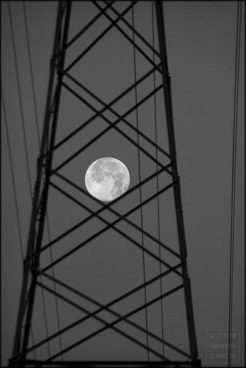 la luna a traves de una estructura