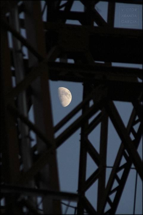 luna con estructura del puerto