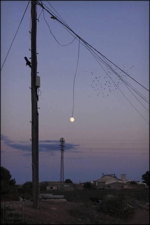 la luna pendiente de un hilo