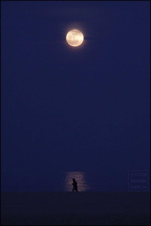 corredor en la playa con luna y reflejo