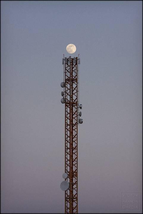 luna llena sobre estructura de telecomunicaciones