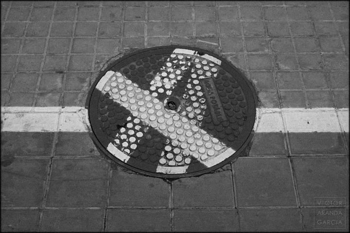 Fotografía de una tapa de registro en la calle