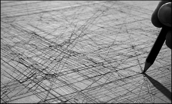 Fotografía de un tablero rayado con un lápiz