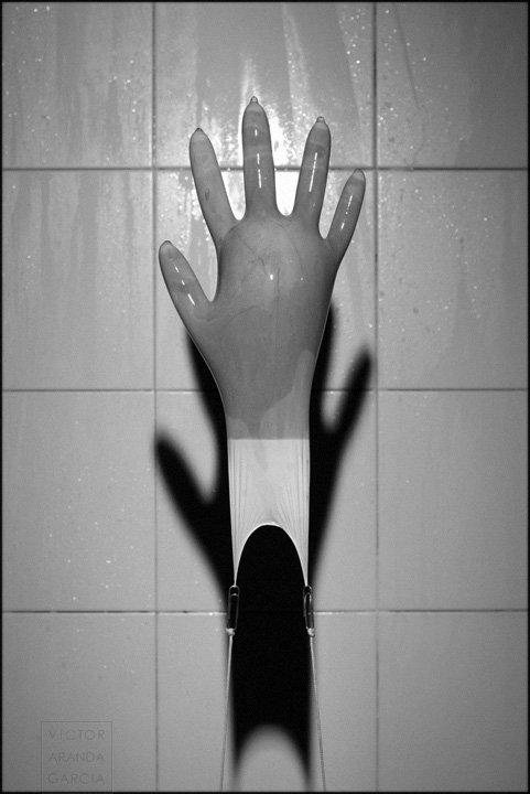 Fotografía de un guante lleno de agua