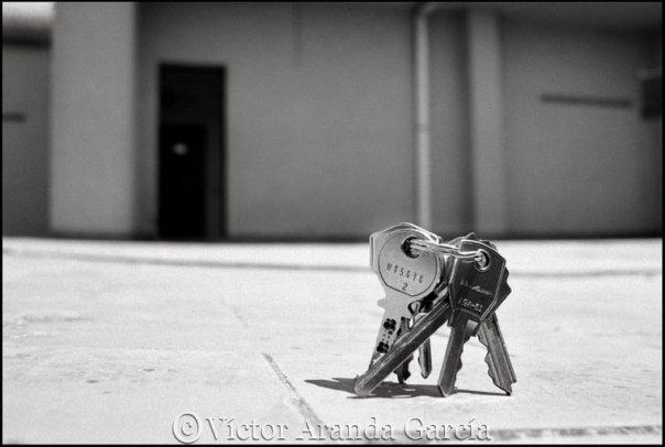 Fotografía de unas llaves en pie en el suelo