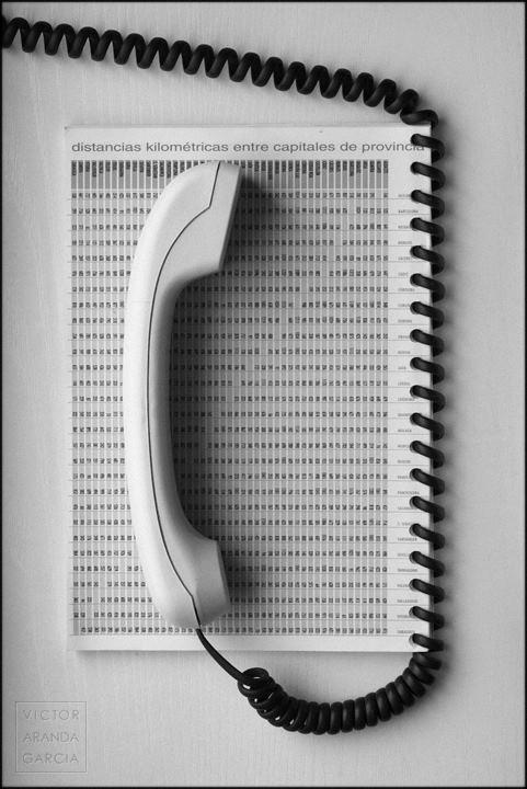 Fotografía de un teléfono que comparte espiral con una agenda