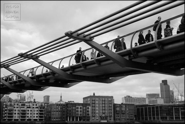 gente cruzando un puente