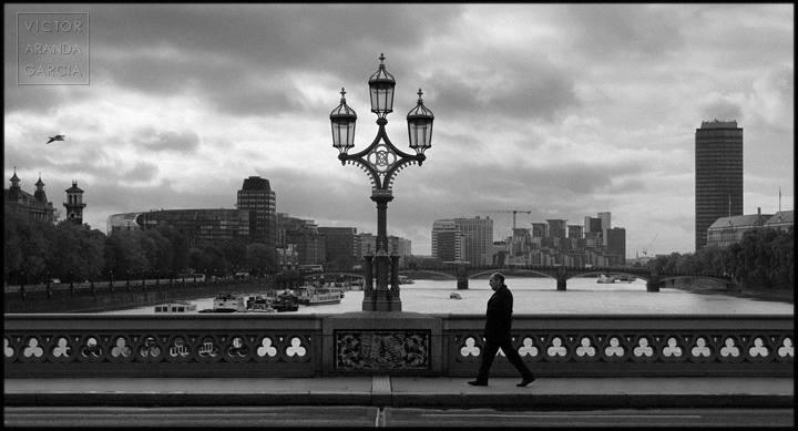 persona cruzando un puente sobre el támesis
