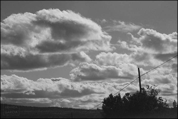 Paisaje rural de segovia con nubes y un cable y un poste telefónico