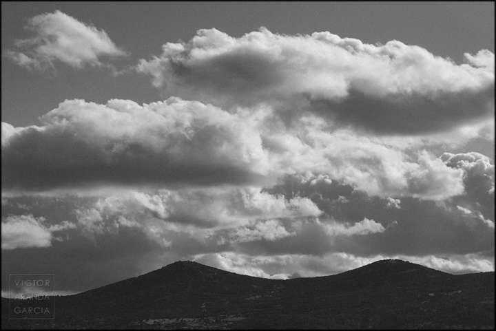 Fotografía en blanco y negro de un paisaje de montañas y nubes