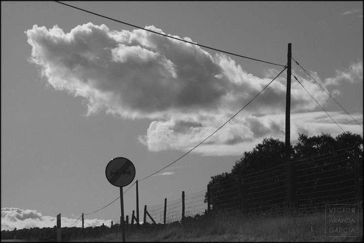 Fotografía de una nube en el cielo con cables y señales
