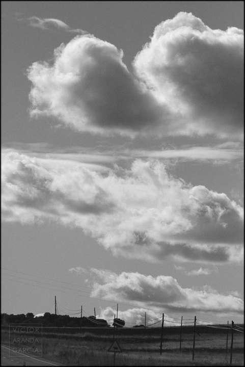Fotografía en blanco y negro de un cielo con nubes sobre un paisaje rural de segovia