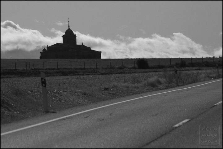 Fotografía de una iglesia o monasterio visto desde una carretera en segovia