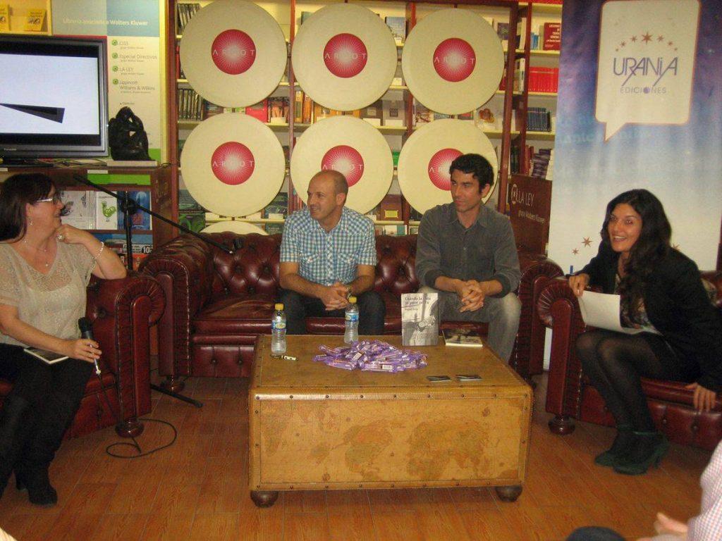 Fotografía de la editora Amelia Díaz junto al escritor Miguel Torija, el fotógrafo Víctor Aranda y la escritora Rosario Raro